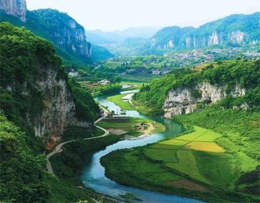 青山绿水、潺潺溪流,沿着弯弯曲曲的青板小路,牵手心上人,溯溪而上,时而淌水嘻戏,时而耳鬓厮磨。