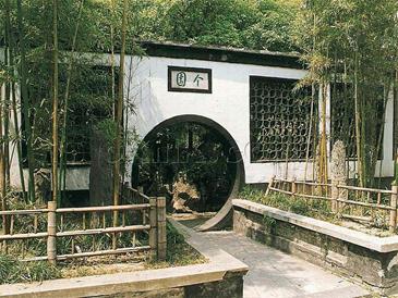扬州个园在国内外享有盛誉,也是中国四大名园之一,以遍植青竹而名,以春夏秋冬四季假山而胜。