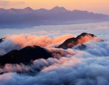 """老界岭风景区是南北气候的过渡带""""长江黄河分水岭"""",是登高寻幽、避暑度假、科普考察的理想园地"""